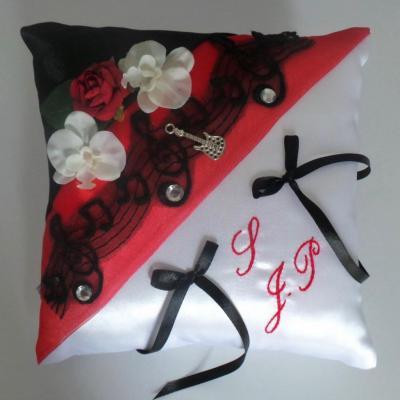 Coussin mariage rouge et dentelle noire