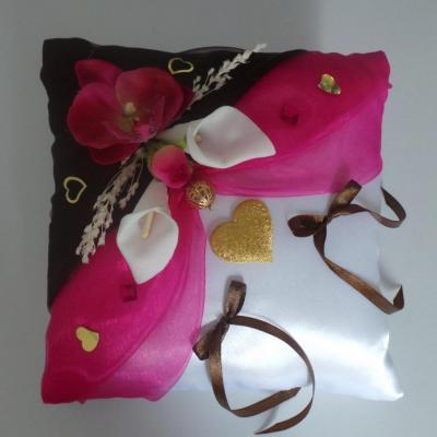 Coussin alliances mariage chocolat fuchsia et or