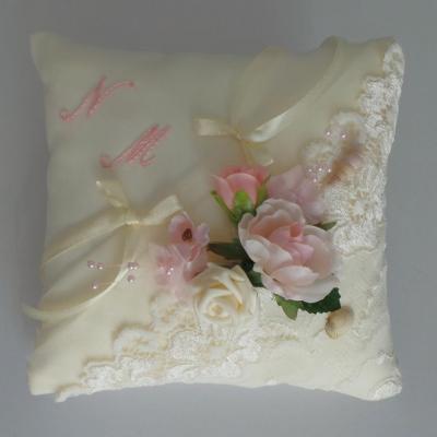 coussin mariage dentelle ivoire et fleurs roses