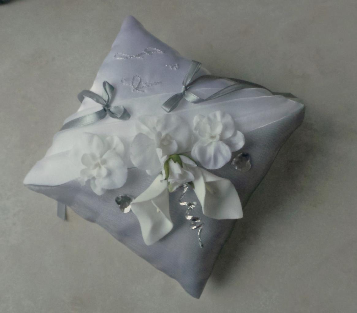 Coussin alliance gris argent blanc orchidées arums