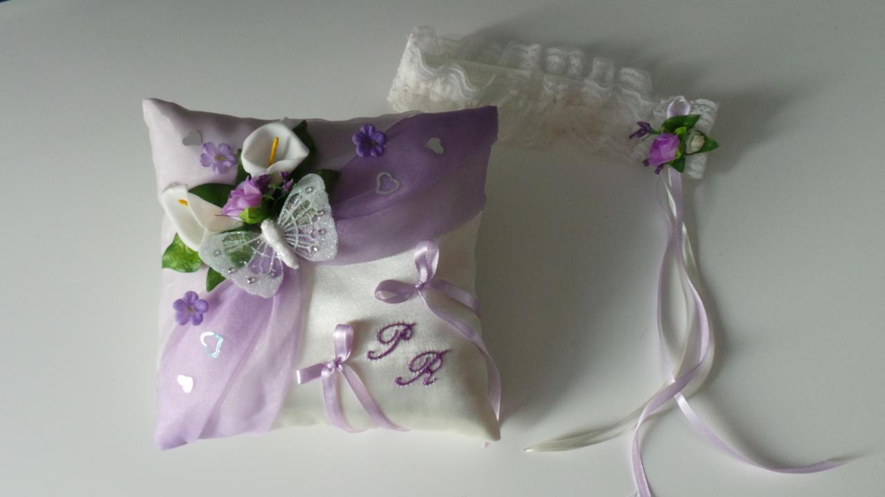 Coussin mariage parme papillon fleurs et jarretière assortie