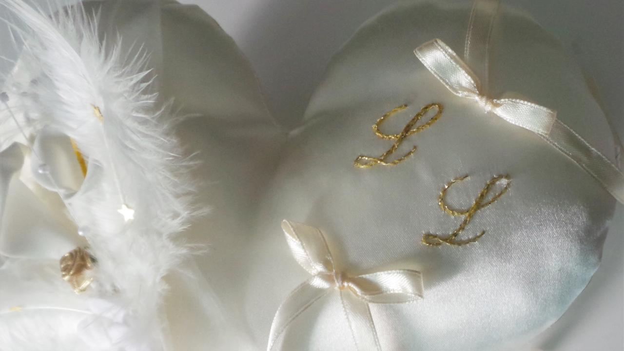 initiales brodées à la main au fil or