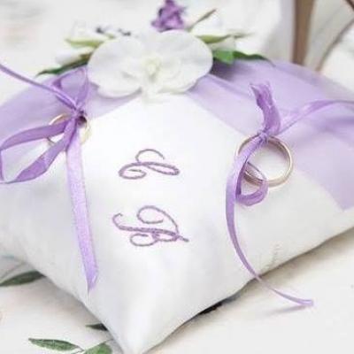 Coussin alliances violet parme prune