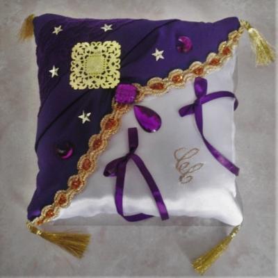 Coussin de mariage oriental, violet profond, dentelle et galon doré