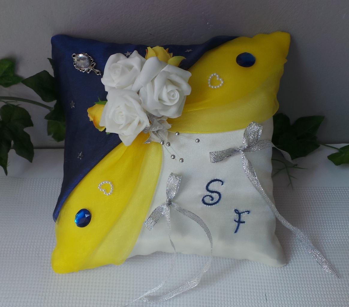 """Coussin porte alliances thème """"la Belle et la Bête"""" jaune bleu roi"""