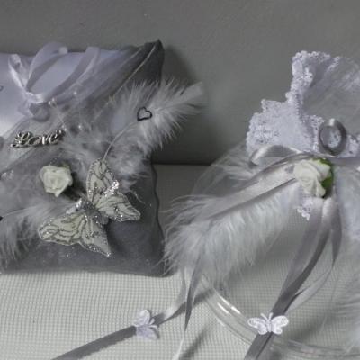 Coussin de mariage et jarretière gris argent