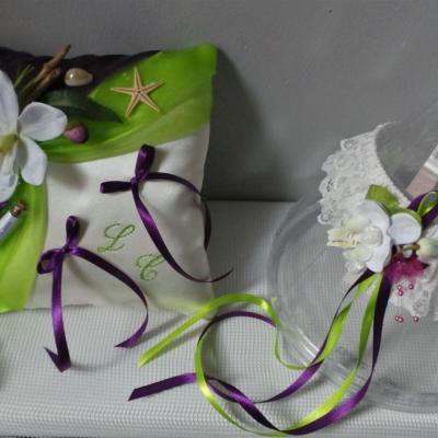 Décoration de mariage exotique, le coussin d'alliances vert et violet