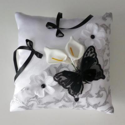 Coussin de mariage papillon noir drapé gris argent