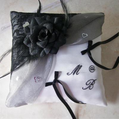 Coussin de mariage dentelle et rose noire