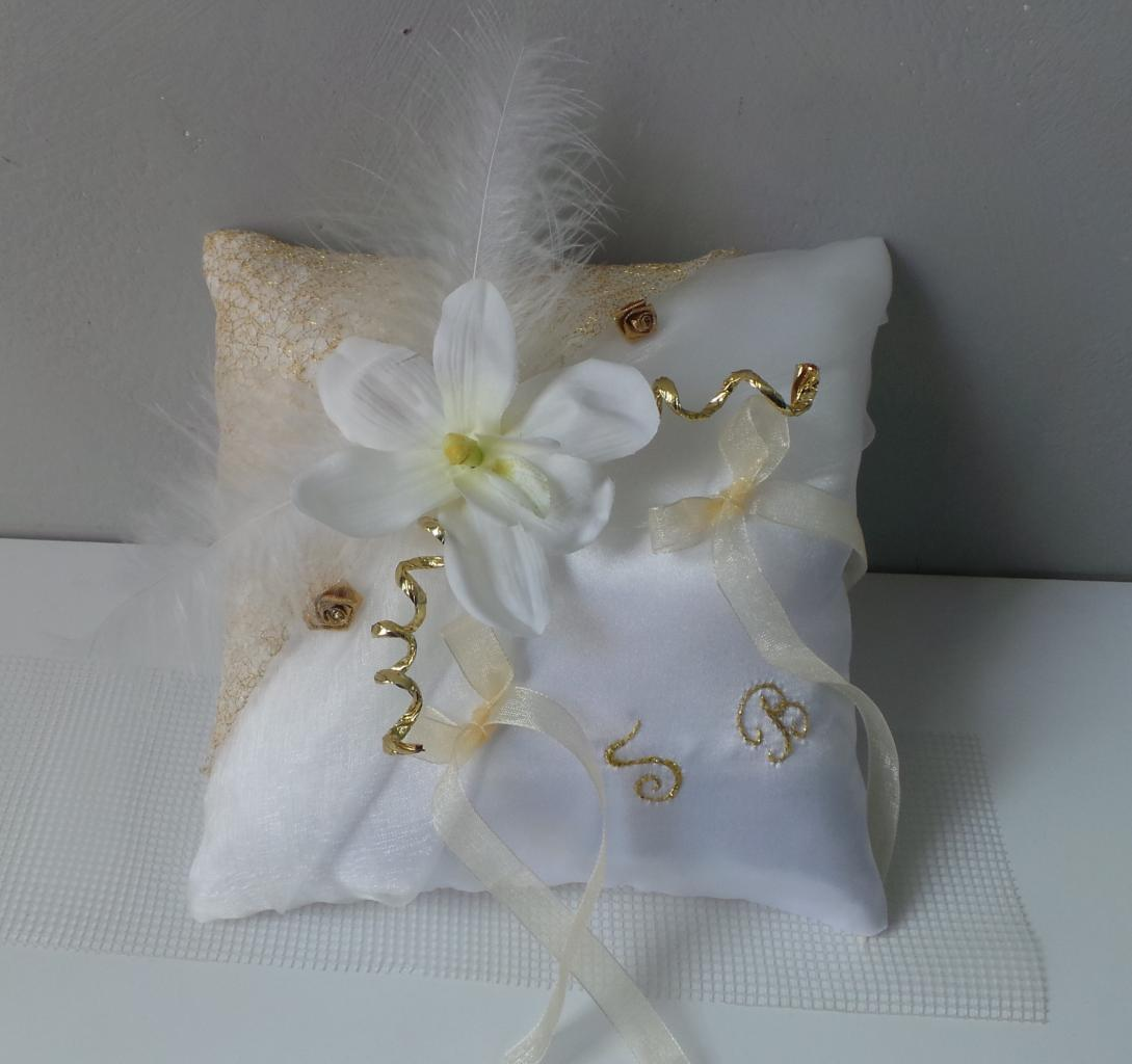 coussin alliance mariage blanc et or