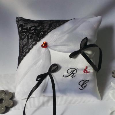 coussin alliances noir et blanc, dentelle personnalisé rouge (60)