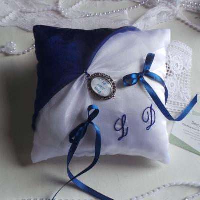Coussin de mariage chic bleu roi, marine et blanc