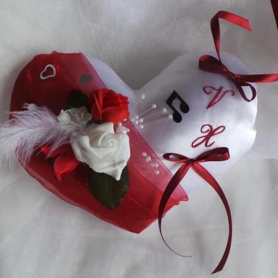 coussin alliances coeur rouge romantique musique