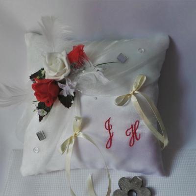 Coussin porte alliances romantique ivoire rouge (4)