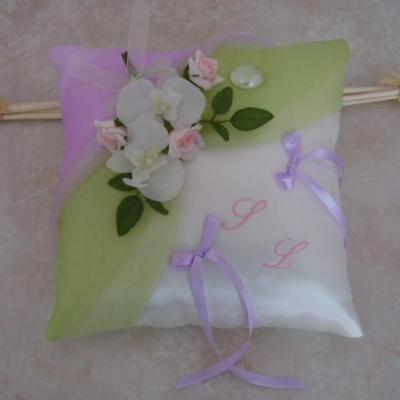 Tendre coloris pour ce coussin d'alliances parme et vert, orchidées et roses