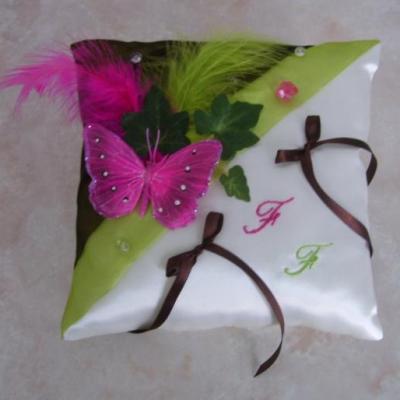 coussin pour alliances alliant les couleurs anis chocolat et fuchsia