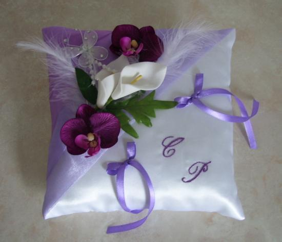 Coussin alliances parme, violine, blanc, orchidées arums..