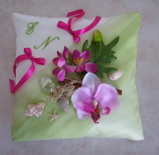 Coussin mariage exotique anis clair fushia orchidées coquillages
