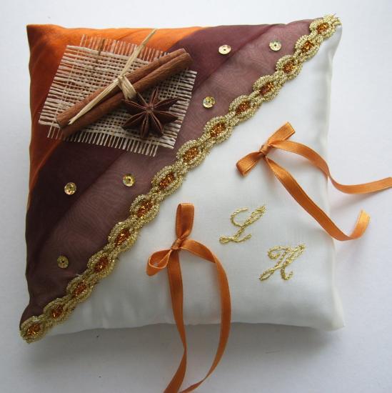 Joli coussin oriental sur le thème des épices
