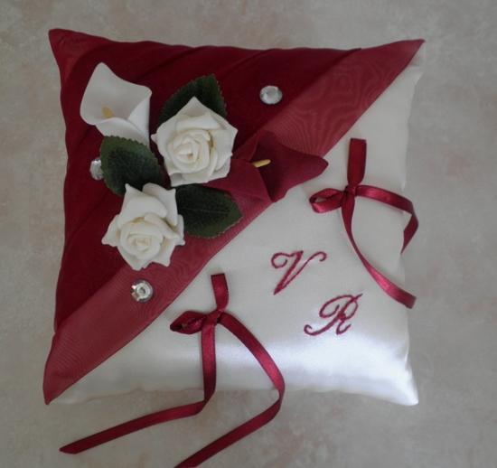 Coussin d'alliances personnalisé ivoire bordeaux, roses feuillage et arums