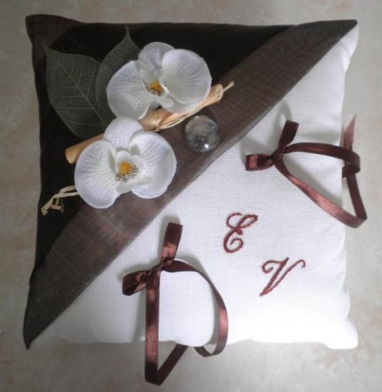 Coussin alliance chocolat sur lin écru naturel