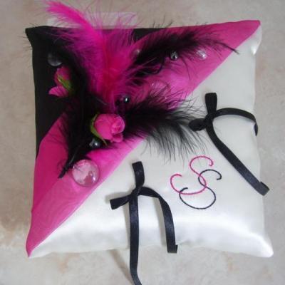 coussin d'alliances thème cabaret noir fuchsia, plumes et roses