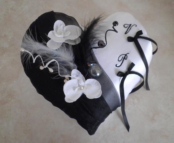 coussin alliances coeur, noir et blanc orchidées plumes