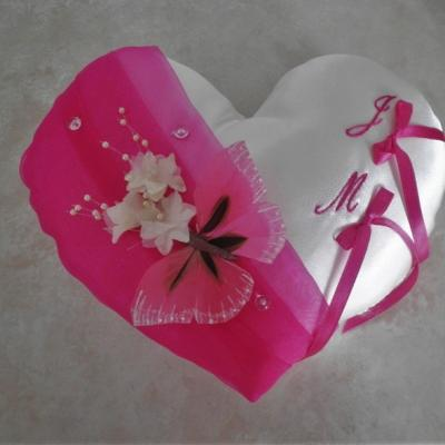 coussin mariage coeur fuchsia papillon