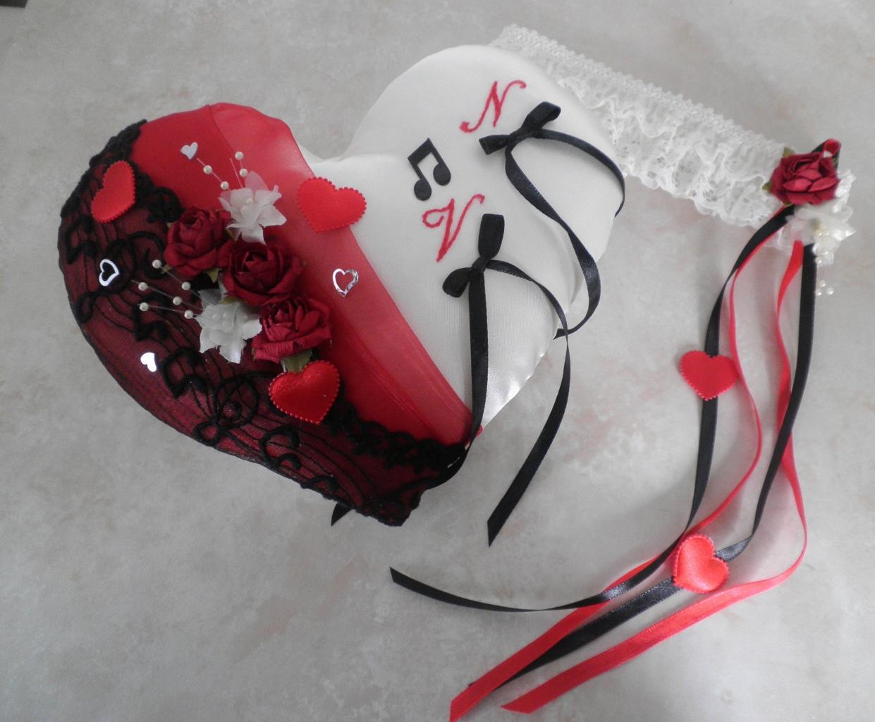 Coussin alliances coeur rouge et noir musique dentelle