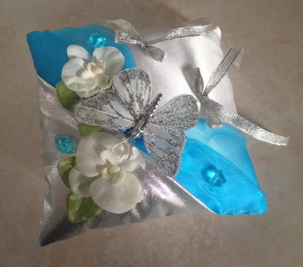 Détails coussin papillon argent turquoise