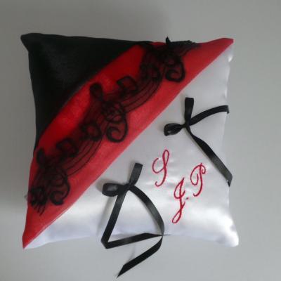 Coussin alliance rouge noir dentelle musique