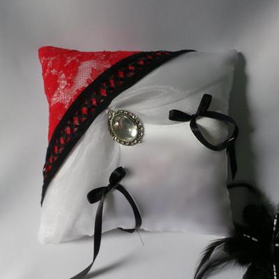 Coussin de mariage thème cabaret blanc dentelle rouge galon noir
