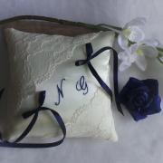 Coussin alliances chic dentelle ivoire bleu marine