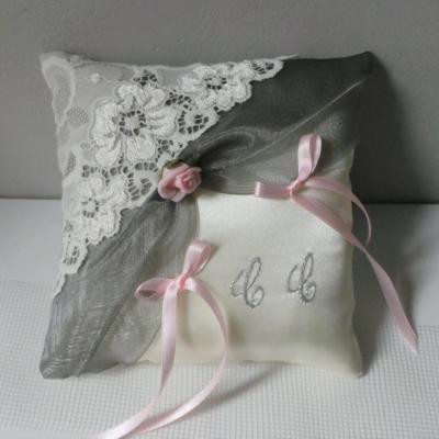 Coussin d'alliance romantique gris rose et dentelle ivoire
