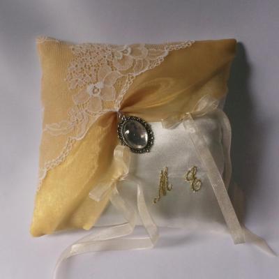 Coussin mariage organza or et dentelle de calais ivoire