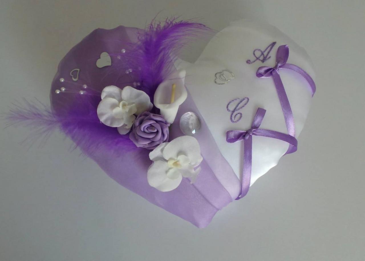 Coussin mariage coeur parme, plumes, fleurs et perles