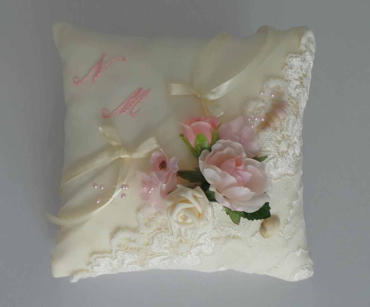 Coussin porte alliance de mariage dentelle ivoire et fleurs roses