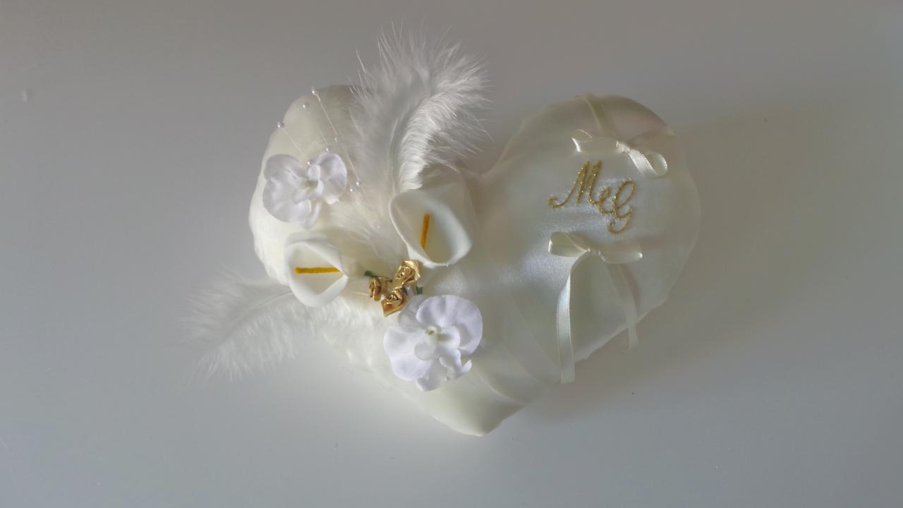 Coussin de mariage coeur ivoire et or
