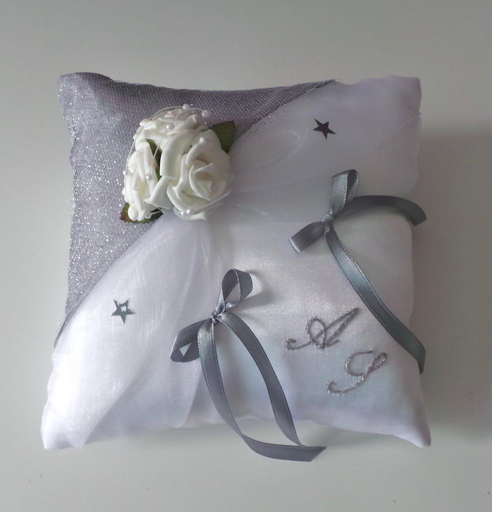 coussin alliances chic en gris argent et blanc personnalis. Black Bedroom Furniture Sets. Home Design Ideas