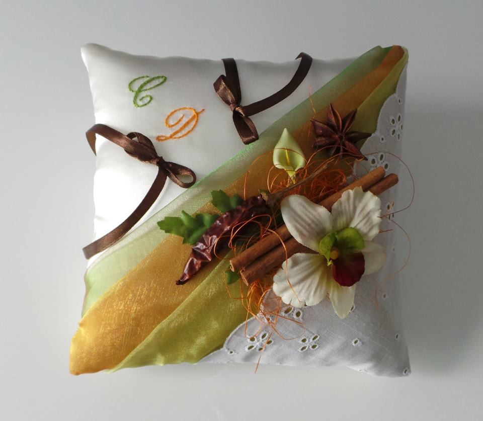 Coussin de mariage effet madras broderie anglaise