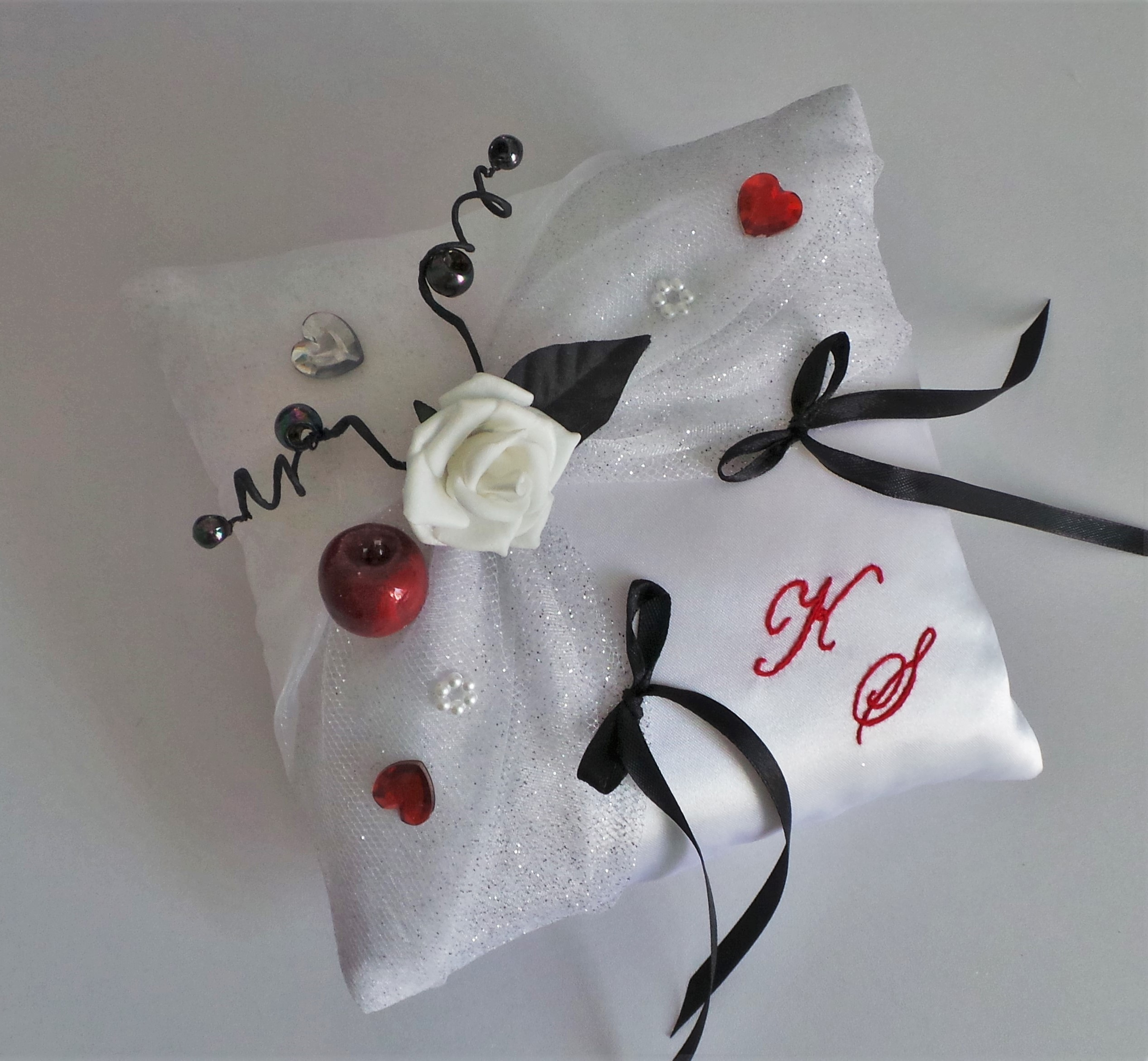 Coussin mariage blanc noir rouge personnalise fait main blanche neige