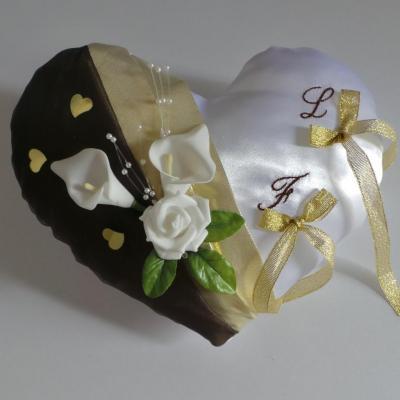 Coussin de mariage porte alliance coeur marron doré
