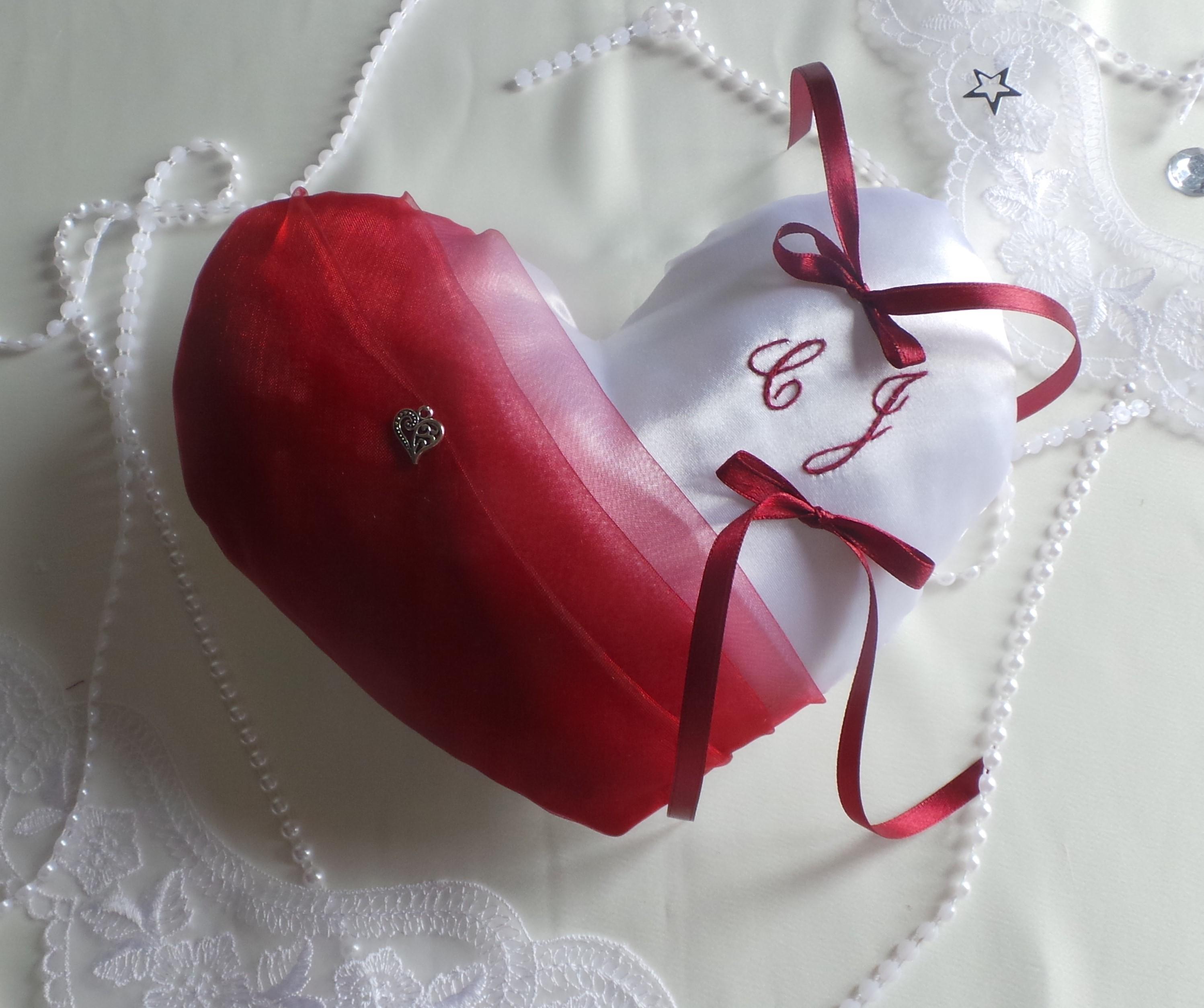 Coussin alliance personnalise forme coeur bordeaux et blanc
