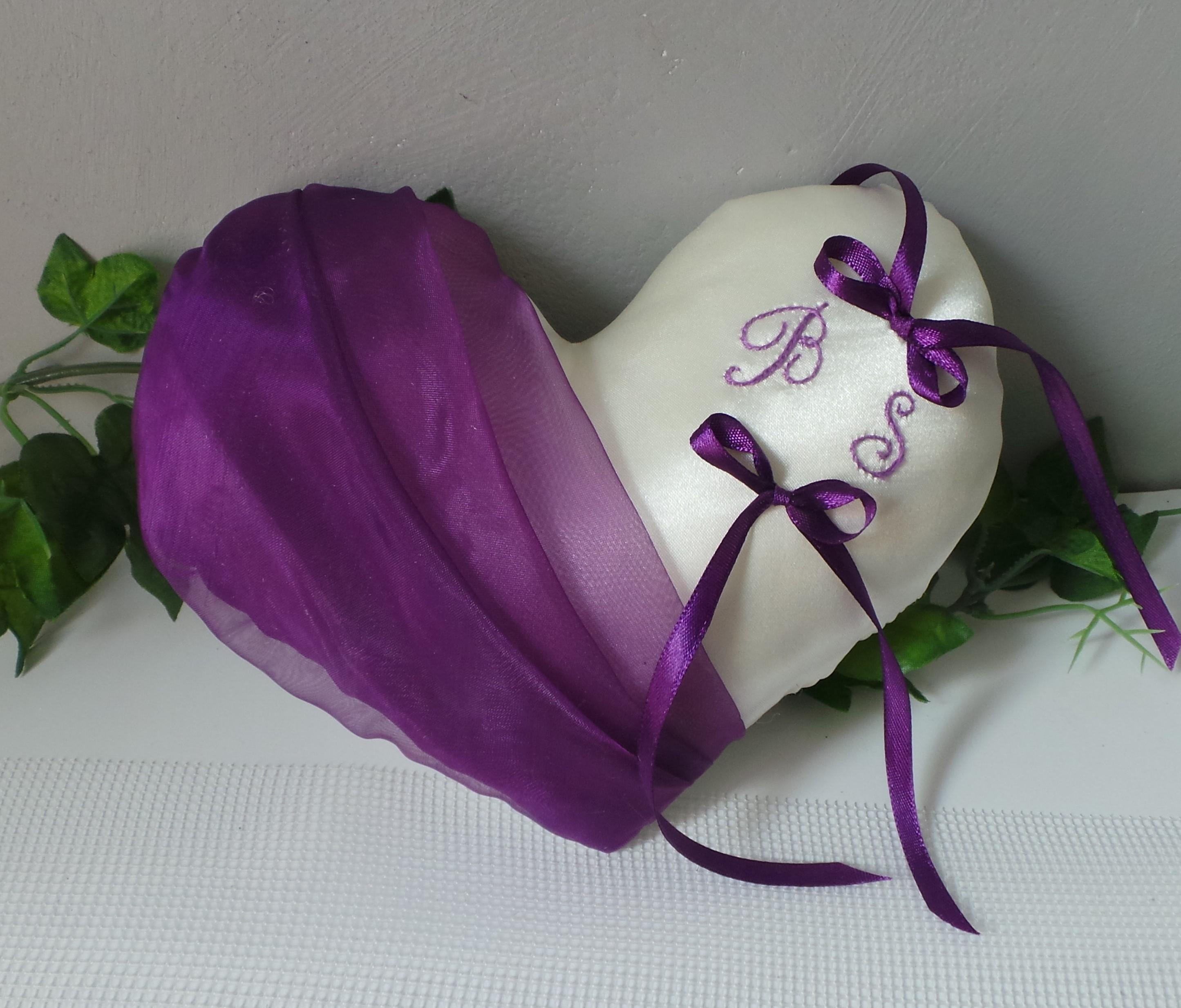 Coussin alliance personnalise forme coeur violet prune fait main