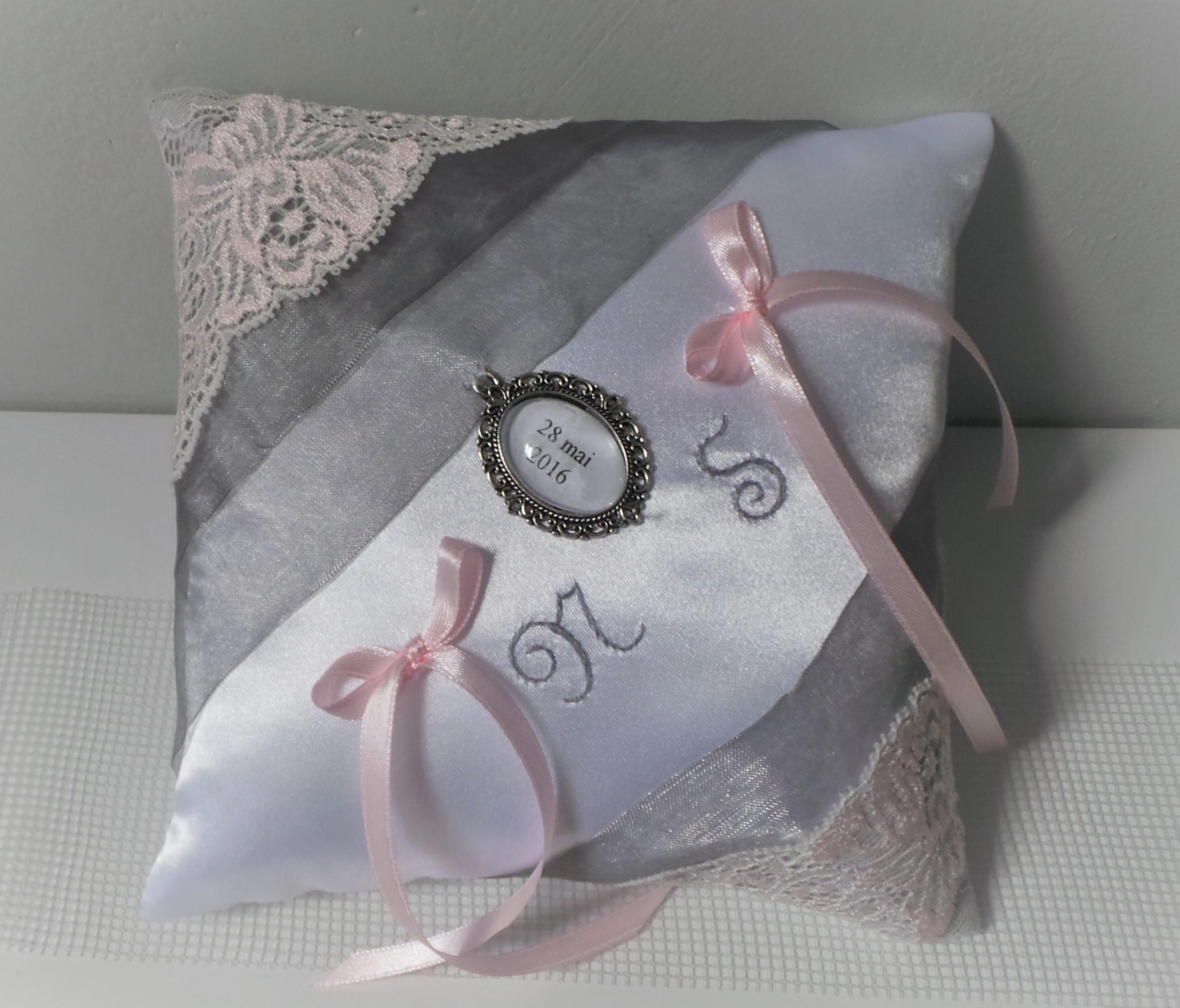 Coussin alliance personnalise gris argent blanc rose pastel poudre fait main