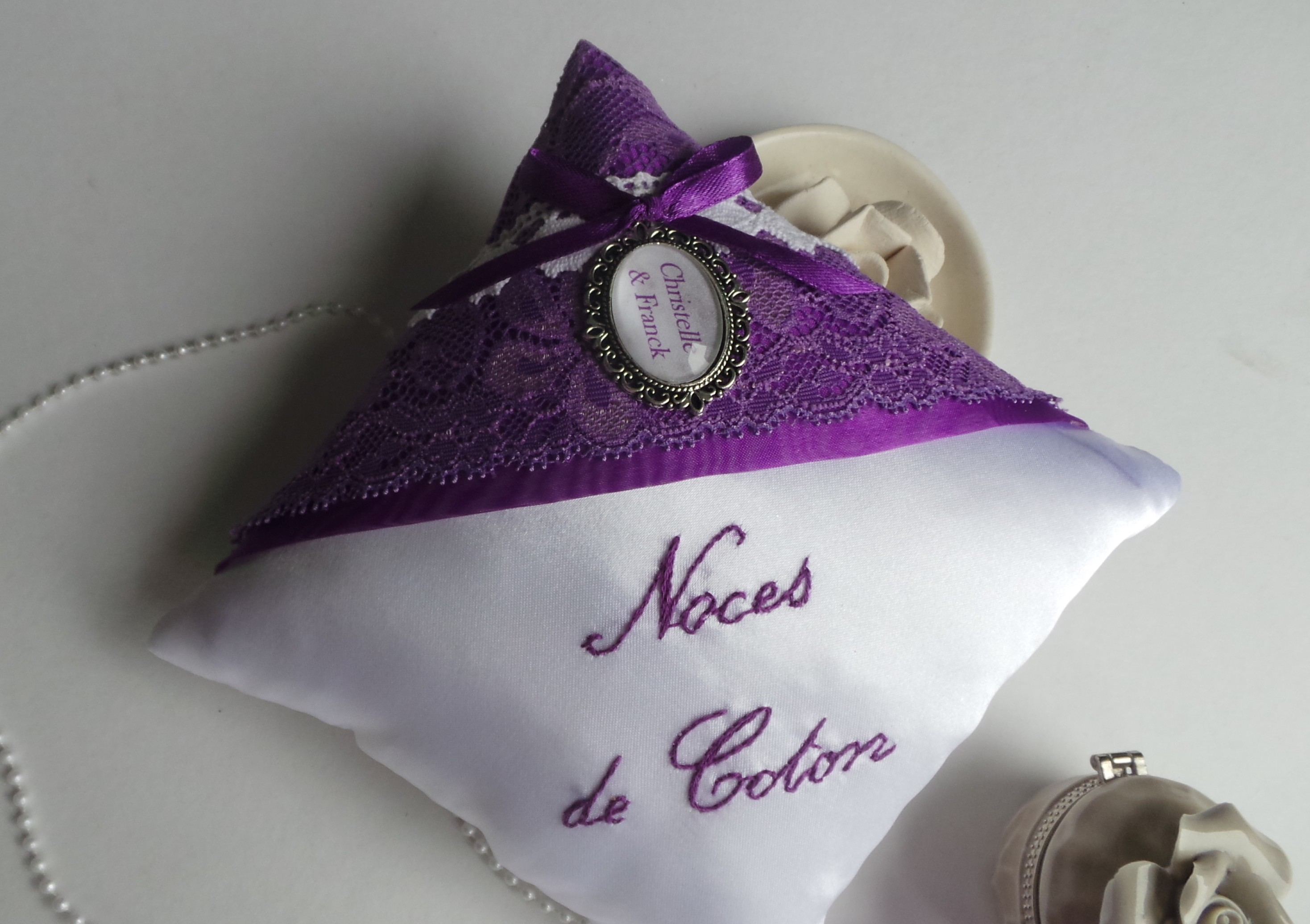 Coussin alliance personnalise violet prune blanc cadeau noces de coton