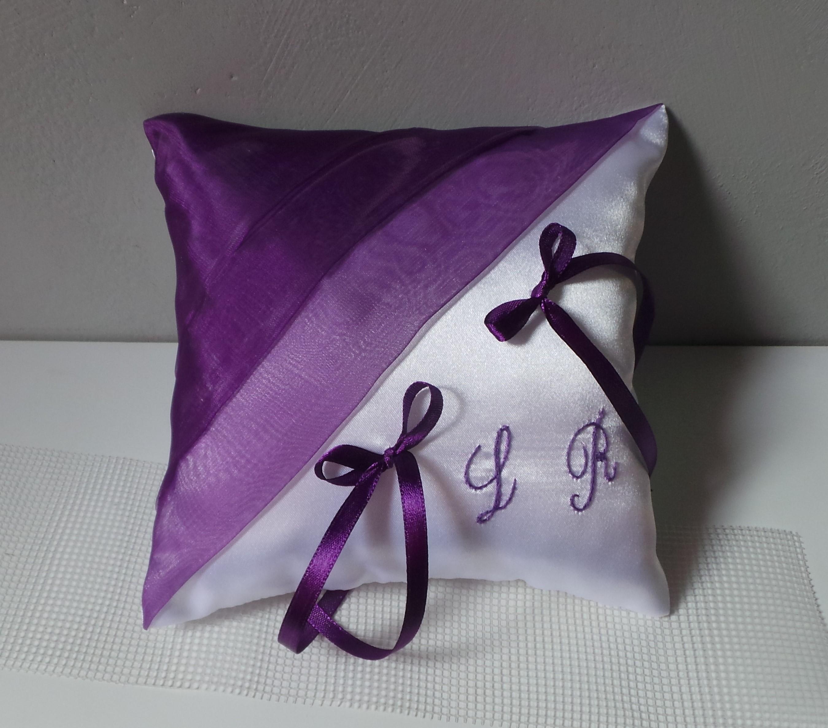 Coussin alliance personnalise violet prune et blanc fait main