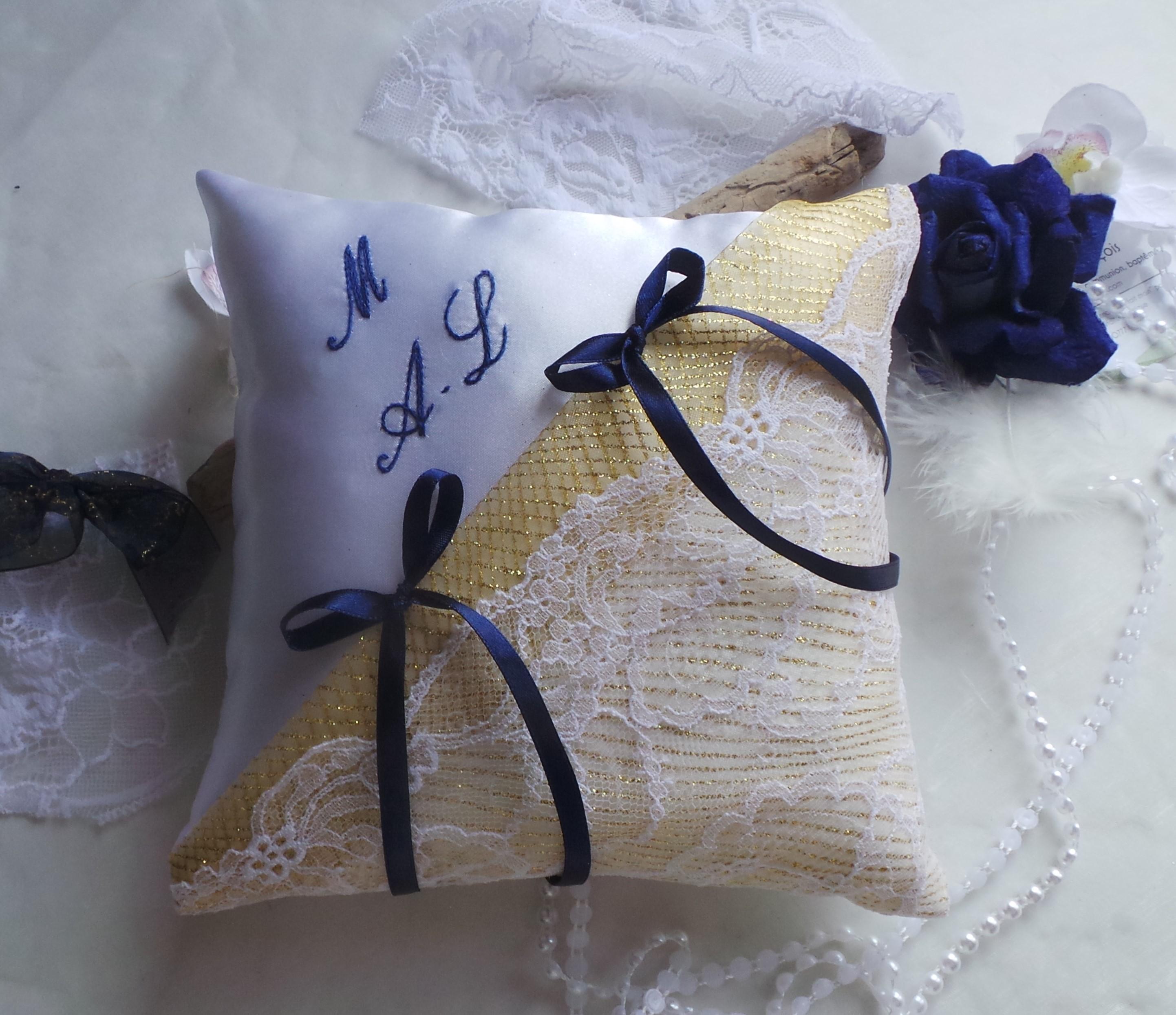 Coussin alliance raffine or dore blanc bleu marine fait main