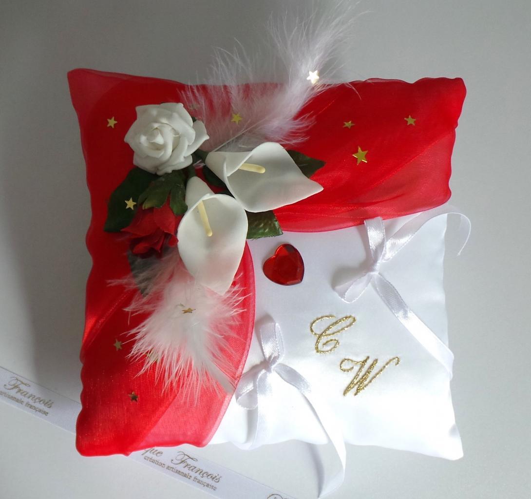 Coussin de mariage porte alliance romantique rouge blanc et or amour