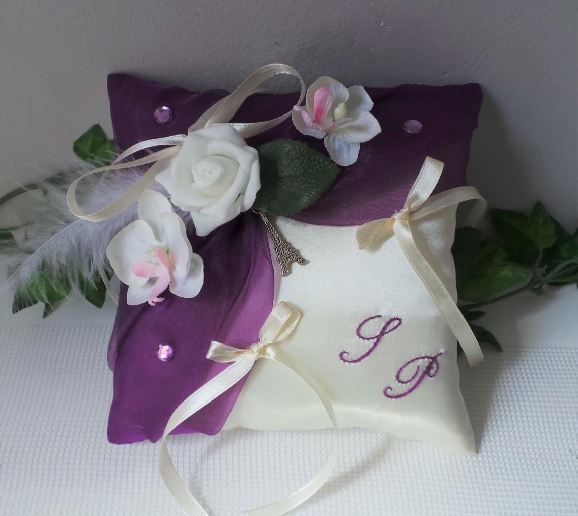 Coussin de mariage porte alliance de mariage violet prune thème Paris